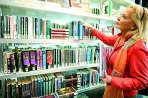 4. vrouw voor boekenkast